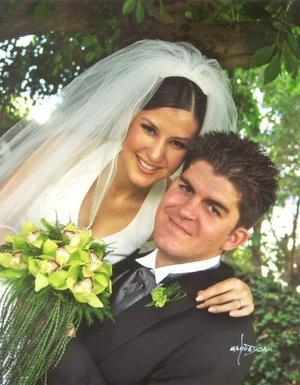 Sr. Omar Mexsen López y Srita. Ana Isabel Godina Murillo contrajeron matrimonio el cuatro de abril de 2003