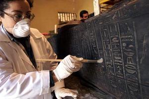 Las técnicas de momificación egipcias se desarrollaron a lo largo de siglos. Los antiguos egipcios son conocidos por embalsamar cuerpos entre los años 2613 y 2494 antes de Cristo
