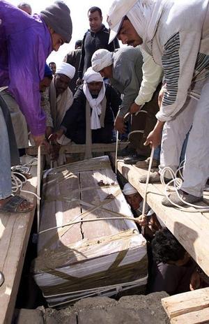 Arqueólogos egipcios abrieron el fin de semana un sarcófago de madera de 5.000 años de antigüedad en un desierto cerca de El Cairo y encontraron una pila de huesos que, según afirman, es la prueba más antigua de momificación humana en Egipto.