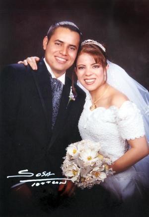 Sr. Jesús Salazar González y Srita. Lourdes Gabriela Reyes Muñoz recibieron la bendición nupcial el 26 de abril de 2003.