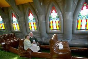 Gill, que planea construir varios templos más, dijo que planea además un club nocturno inflable, un bar inflable, y mezquitas y sinagogas inflables.