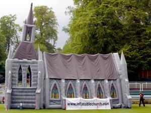 El templo fue ideado hace seis años por el empresario Michael Gill, de Southampton, para usar en una cadena de clubes nocturnos como recurso promocional.
