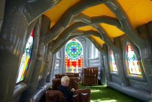 Se trata de una estructura movible de plástico con su propia torre de campanario y bancos, que los devotos pueden instalar en cualquier sitio.