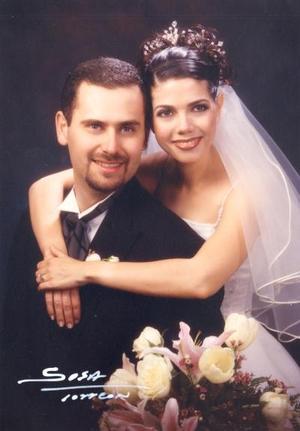 Ing. Jesús Orduña Muñiz y Lic. Elena Eppen González recibieron la bendición nupcial en la parroquia de Los Ángeles el tres de mayo de 2003