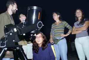 De hecho, la Luna no parecía ser más que una nube de color rosado para muchos, como Parker Sydnam, quien siguió el eclipse mediante un pequeño telescopio.