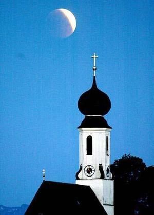 A diferencia de los eclipses solares, en los que el sol es cubierto por la Luna, nuestro satélite no desaparece por completo. La luz le llega de manera indirecta luego de pasar por la atmósfera terrestre. <i>Vista en Alemania</i>
