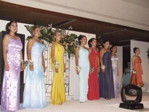 Eran 14 y las unía un mismo objetivo... el de portar la corona de la nueva soberana del Club. Ellas se presentaron ante el público asistente, interpretando una moderna coreografía y luciendo hermosos y primaverales vestidos.