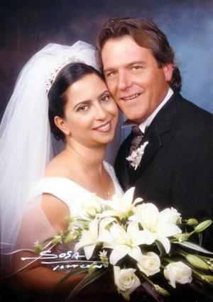 Sr. Ron Lewis Crace y Lic. Mary Lou Elizondo Vázquez contrajeron matrimonio en la Capilla de la Madre de Lola  el 17 de mayo de 2003