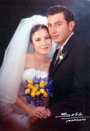 L.A.E. Jorge Alberto Moreno Castro y L.A.E. Bárbara Edith Santos Hernández recibieron la bendición nupcial el 24 de mayo de 2003
