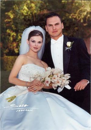 Sr. Arturo Ortiz Galán y Srita Karina Martínez  Flores recibieron la bendición nupcial el 26 de abril de 2003