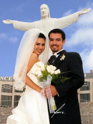 Lic. Héctor Antonio Cano Carlos y Lic. Marisol Nava Sifuentes contrajeron matrimonio en el Santuario del Cristo de las Noas el 21 de junio de  2003