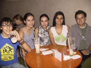 Jonathan Vela, Manesther Rodríguez, Gaby Villarreal, Rosa del Hoyo e Iván Muñoz en una convivencia de amigos.