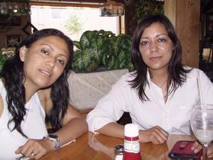 Karla y Sandra Arroyo festejando sus respectivos cumpelaños.