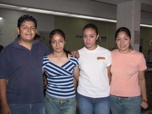 Abraham Salas, Adriana Muñoz, Venus Armendáriz y Gaby Muñoz fueron captados en la sala del aeropuerto local.