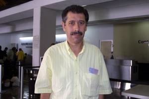 Adrián Trejo  estuvo una corta temporada en la Laguna y fue captado antes de regresar a la Ciudad de México en ka sala del aeropuerto de Torreón.