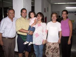 Charles, Lupita y Sofía Weeks retornaron a Atlanta, después de visitar a su familia; los despidieron José Luis, Rosario y Norma.