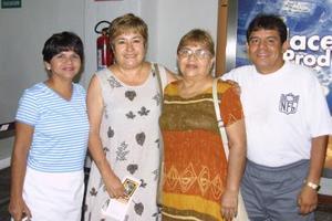 Guadalupe R. de Álcala regresó a Los Ángeles Cal., la despidieron Hortensia de Rodríguez, Carlos Becerra y Hortensia de Becerra.
