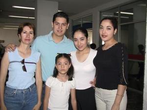 Maribel Martínez y sara M. de Murray se trasladaron a Miami, Flo., en plan vacacional; las despidieron María del Carmen López, Arturo Cruz y Fhara Alemán.