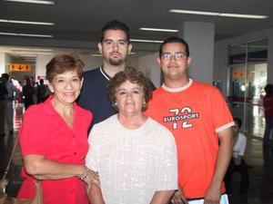Minerva de Askins, Roberto y Alfonso Askins viajaron a San Diego Cal., en plan de paseo; los despidió Ana María Askins.