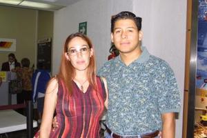 Óscar González viajó a la capital del país por cuestiones de trabajo y fue despedido por su esposa, Alicia de González.