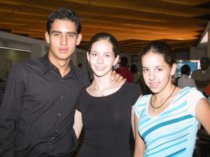 Para asistir a un curso de verano, se trasladó a la capital del país, Juan José Fernández; lo despidieron Magdalena y Astrid Valenzuela.