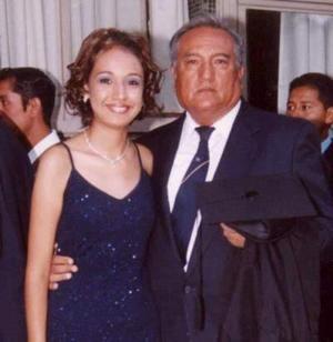Araceli Meraz Ojeda acompañada por su papá el Señor Antonio Meraz Olivas el día de su graduación..