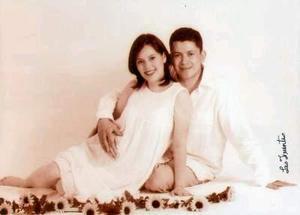 Claudia de Villarreal y Carlos Villarreal feliz pareja que espera el nacimiento de su primogénita para los próximos días..