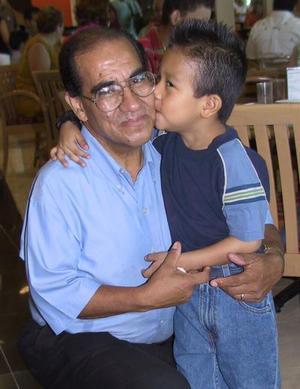 Eduardo Alvarado con su nieto Jesús Eduardo, en el festejo del día del padre.