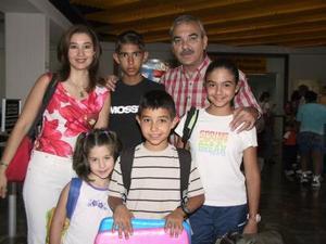 Adolfo Villar y Mónica de Villar con sus hijos Adolfo, Mónica, Javier y Susy viajaron a Mazatlán para vacacionar