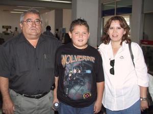 Alberto Serna viajó a México para tratar asuntos de la industria de la contrucción; fue despedido por Lucero Rodríguez y el niño Alberto.