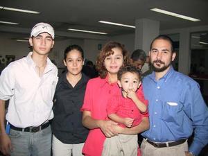 Alejandro Gómez se trasladó a México para asistir a un encuentro médico, lo acompañó en el viaje su familia.