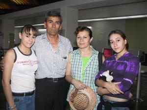 Aurora, Sara y Cosme Ortega y Sara Alonzo de Ortega fueron captados fueron captados en la  sala del aeropuerto local.