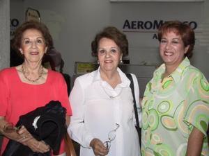 Beatriz de Revuelta y Elia  Gálvez viajaron a la Ciudad de México; las despidió Patricia de Ramos.