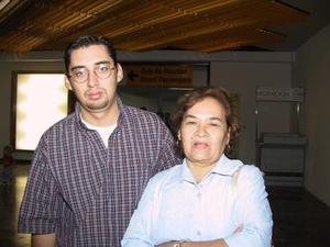 Carmen Ontivieros y su hijo Carlos Cruz Ontivieros.