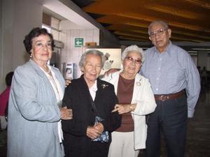 Consuelo y Soledad Salazar retornaron a México ; fueron despedidos por José Valencia y Angelita de Valencia.