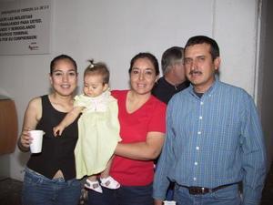 Fernando Delgado regresó de Perú y fue recibido por Guadalupe Carrizales, Mirna y Fernanda Delgado.