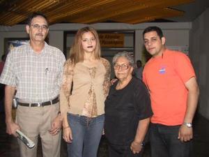 Karime Murra Martínez viajó a Atlanta, en plan vacacional; la despidieron Víctor y Jorge Murra y Socorro Martínez.