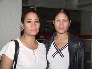 Veronica Ávila Woo viajó a la capital del país en plan de trabjo, la despidó su mamá Julia Woo de Ávila.