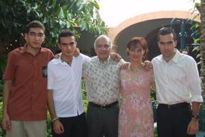 Isabel Jaik de Correa con su esposo César Correa Valdez y sus hijos; Miguel Ángel, Ricardo y César Correa Jaik.