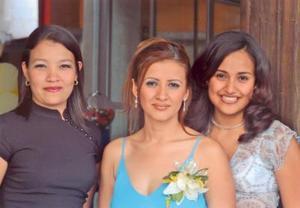 Mildred y María Eugenia acopañaron a Laura Elena Félix Álvarez el día de su despedida de soltera.