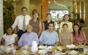 Para festejar el fin de cursos se reunió en un restaurante local el grupo de filosofía dirigido por Javier Yáñez Castruita de la Licenciatura en Derecho de la UIA Torreón.