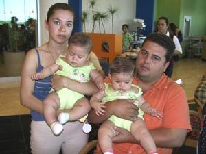 Adis Duarte y Gerardo Cassani cn sus hijas Amina y Romina.