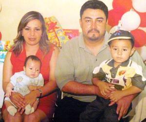 Ramiro González y Blanca Peña con sus hijos Jorge y Ramiro Peña.