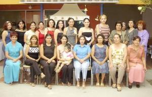 Claudia Liliana Martínez en su despedida de soltera acompañda de sus familiares y amigas.