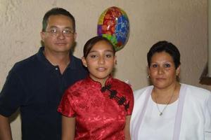 Gloria Mayela con sus papás Jorge Esparza Wong y Glroia S. de Esparza.