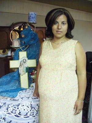 Laura Pérez de Sánchez se mostró feliz en la fiesta de canastilla que le ofrecieron