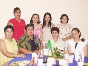 María Teresa Montes Salinas  acompañada de María Teresa de Montes, Bertha Santa Cruz y Vicky de García.
