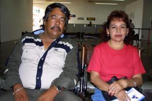 Bertha Chapa viajó a San Diego Cal. y fue despedida por su esposo, Luis Guerrero.