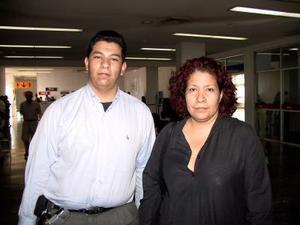 Nancy Nuñez viajó por asuntos de negocios a la Ciudad de México, la despidió su hijo, Diego Rayyoza.