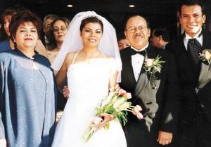 Aracely Margarita Elizondo de Rivas y Eugenio Rivas Lujá, con los recién casados, Gustavo Woo Ávila y  Érika Haydeé.